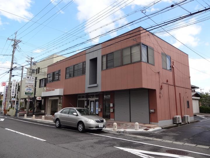 守山市 2階事務所向きテナント、駐車場有。